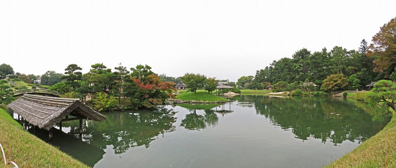 s-20161026 後楽園今日の曇り日の秋の沢の池ワイド風景 (1)
