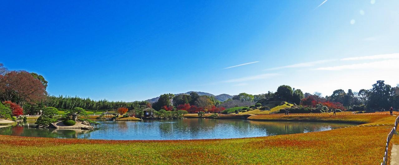 20161203 後楽園今日の沢の池越しに眺めた園内初冬のワイド風景 (1)