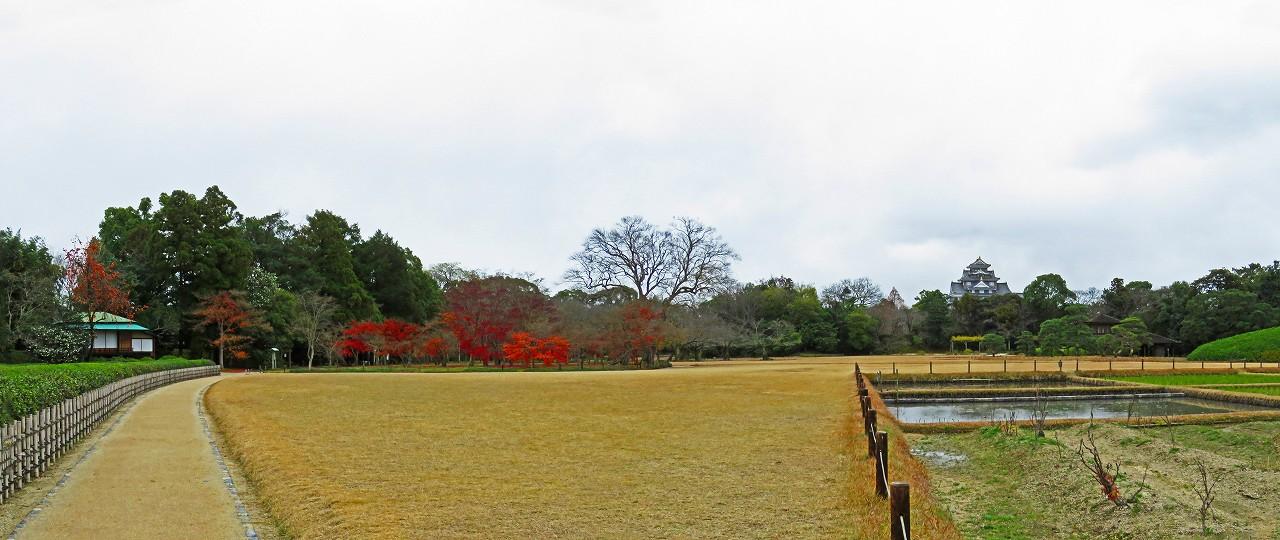 20161214 後楽園茶畑前から眺めた千入の森の紅葉の名残とイベント広場ワイド風景 (1)