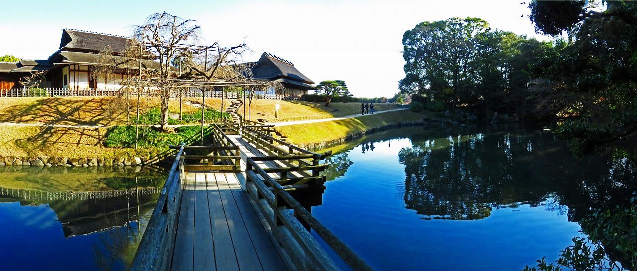 20161217 後楽園今日の園内栄唱橋から眺めた花葉の池のワイド風景 (1)