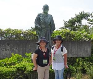 DSC05793吉田茂像の前で