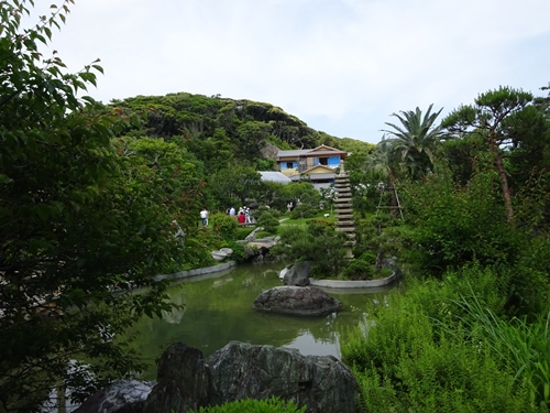 DSC05769吉田茂邸庭園から邸宅を望む