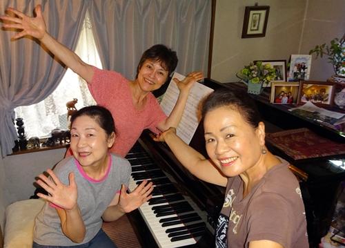 DSC05917ピアノの前の3人