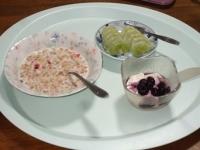 11/8 朝食 フルーツグラノーラ、キウイ、豆乳ヨーグルト、白湯