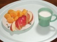 11/9 昼食 りんごと柿、ホットミルク