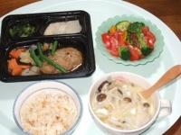 11/10 夕食 ハンバーグ弁当、サラダ、きのこ入りスープ、ジャガイモご飯