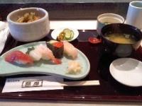 12/10 昼食 アナゴ天丼とにぎりずし、茶わん蒸し、味噌汁、おしんこ