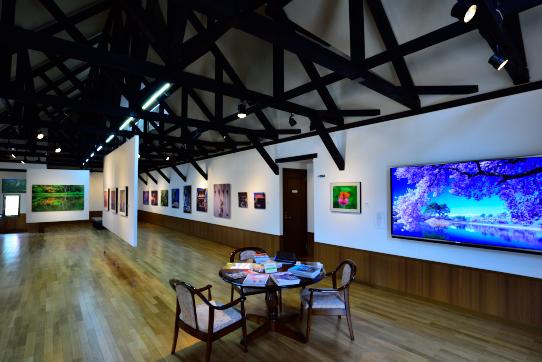 大型ディスプレー完備の展示ホール
