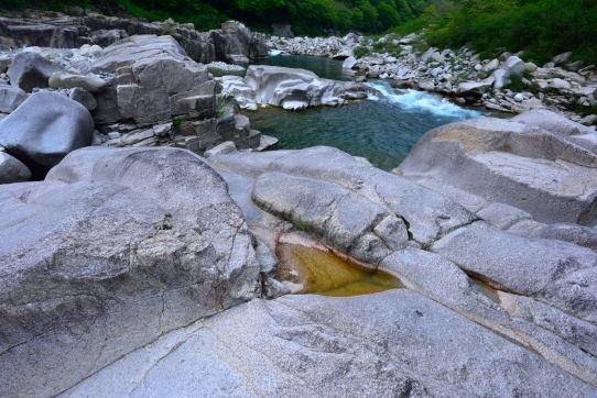奇岩帯を下る木曽川