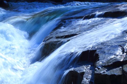 躍動する渓流