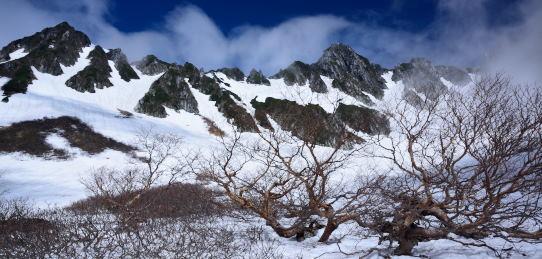 霧に霞む残雪の映える宝剣岳