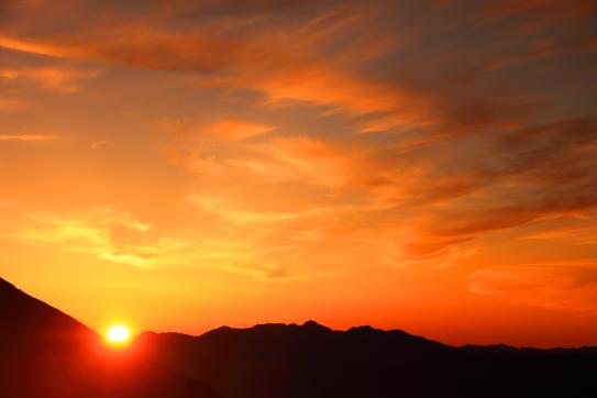 八ヶ岳を擁して昇る朝日