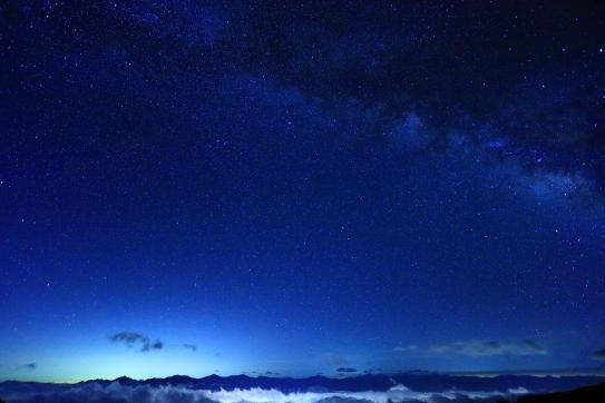 雲上の南アルプスと星空の星雲