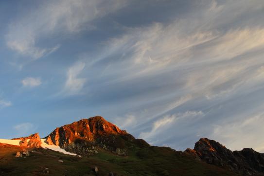 バラ色に輝く岩峰