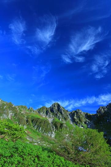 青空に映える宝剣岳を彩る若葉と雲