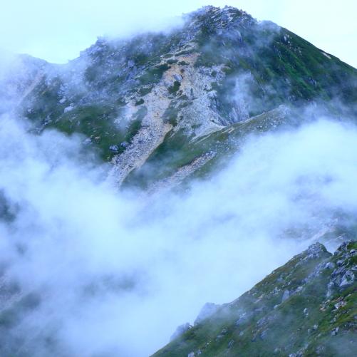 霧に霞む空木岳