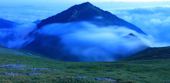 霧流れる薄暮の三ノ沢岳
