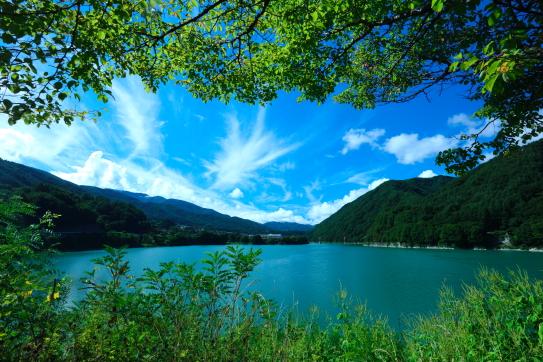 秋の気配始まる美和ダム湖