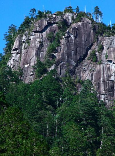 クライミングをしている不動岩