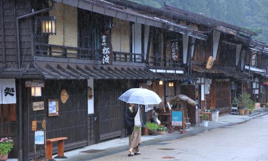 奈良井宿に旅人の時雨かな