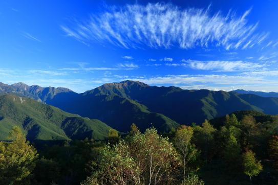 青空に雲映える東駒と仙丈ヶ岳