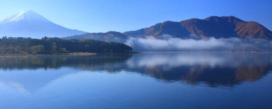 霧の流れる湖上に浮かぶ富士山