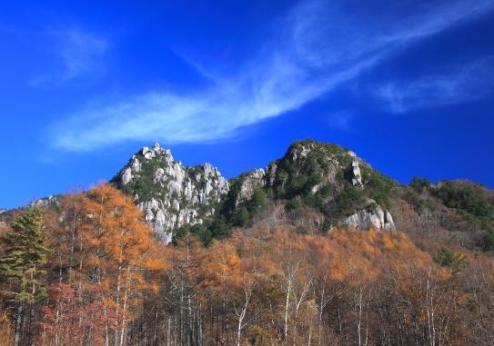 瑞牆山を彩る黄葉と雲