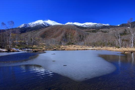 凍てつく湖面と乗鞍岳