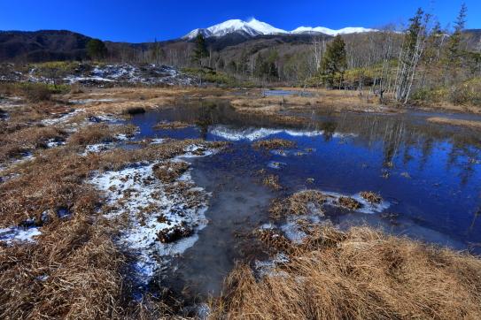 凍てつく泥鰌池と乗鞍岳