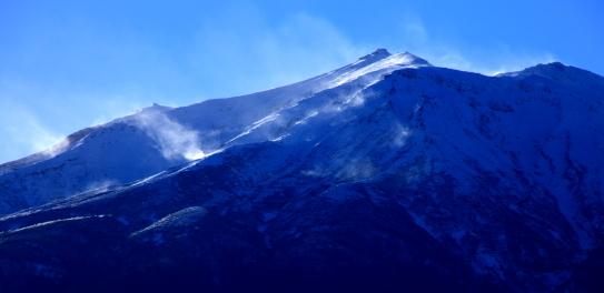 雪煙の御岳山頂