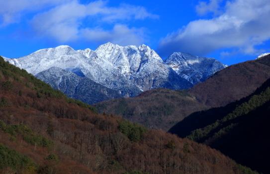 新雪に覆われた鋸岳