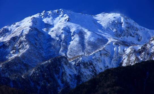 雪煙立ち上る南駒ケ岳