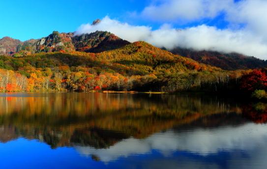 14-天岩戸伝説の鏡池に映える戸隠山