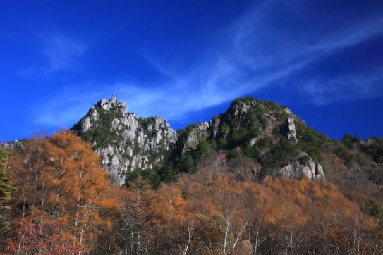 16-瑞牆の鋭い岩峰を彩る黄葉と雲
