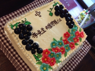 出来上がった大きなケーキ