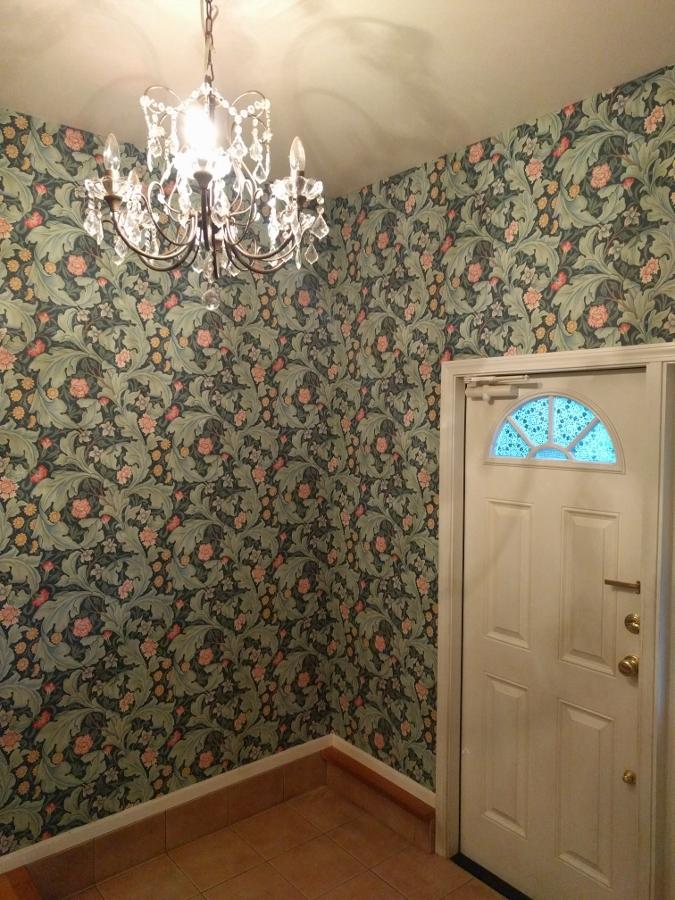 玄関ホール壁紙張り替え後2