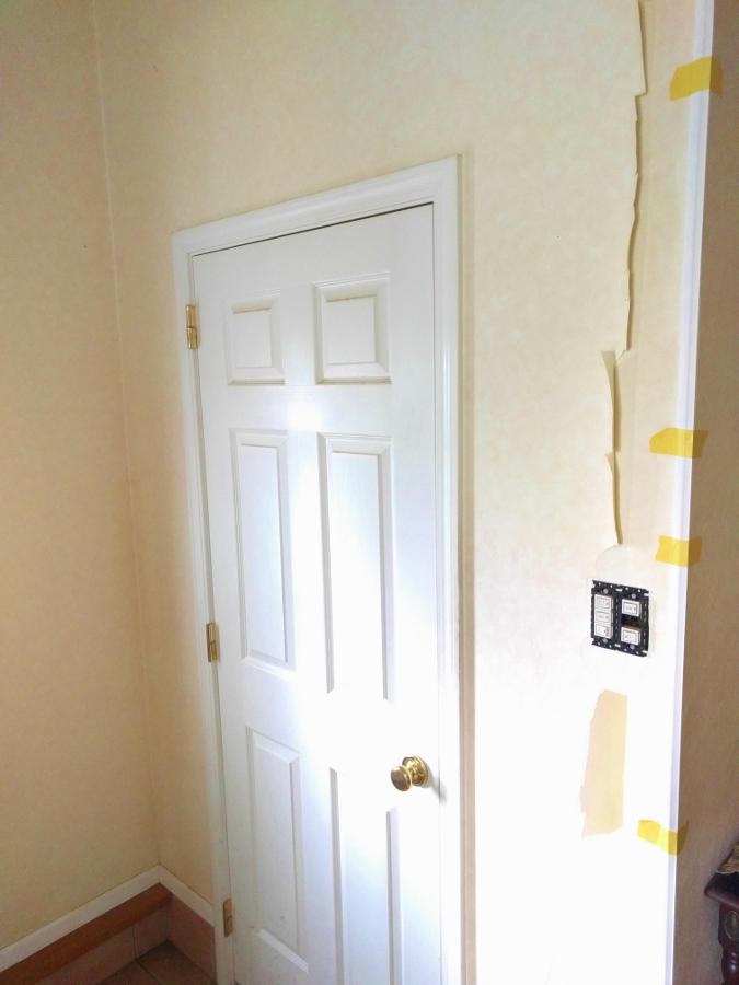 玄関ホール壁紙張り替え前2
