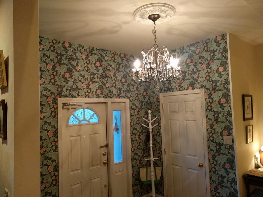 玄関ホール壁紙張り替え後1