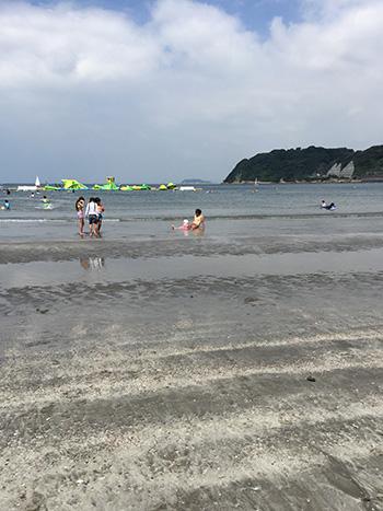 赤ちゃんと海