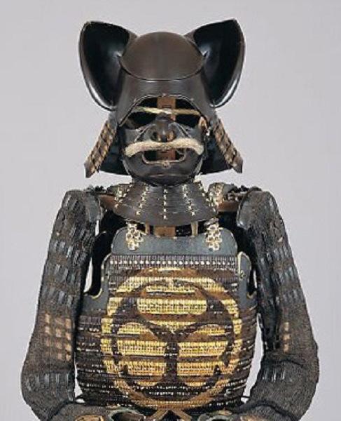 松平信一(1539-1624)の黒漆塗本小札三葵紋柄丸胴具足(ミミズクのかぶと)