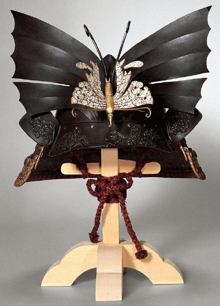 鉄六枚張桃形前付臥蝶兜(チョウのかぶと)18世紀