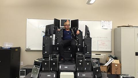 PCの玉座に誇らしげに座るギーク