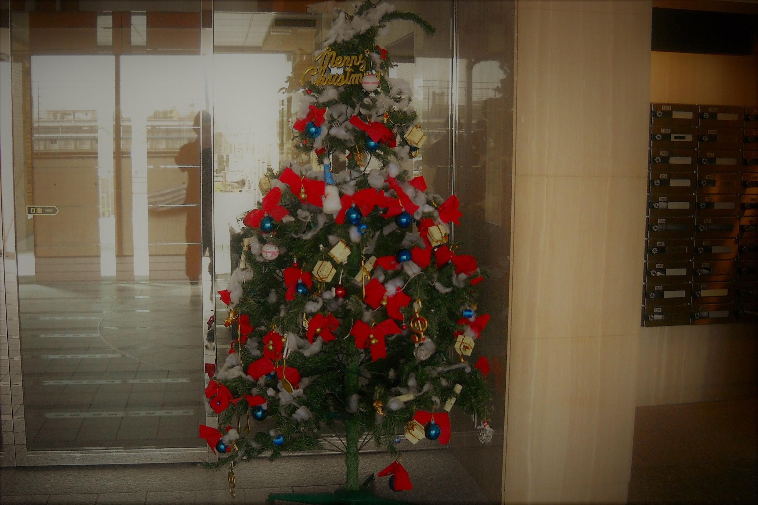 クリスマスツリーと人影