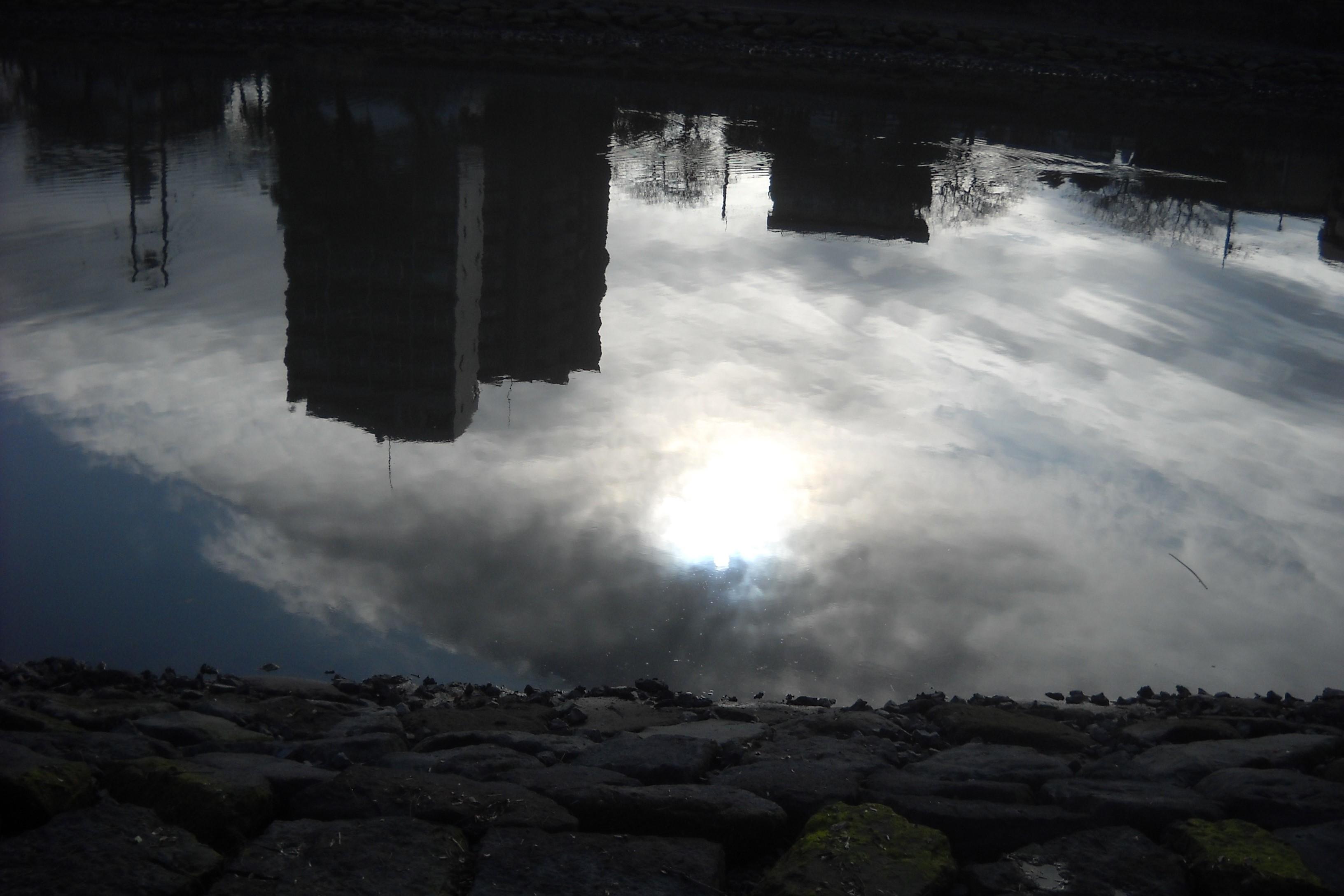 川面の太陽