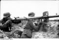 Bundesarchiv_Bild_101I-734-0013-11,_Russland-Nord,_Soldaten_mit_Raketen-Panzer-Büchse