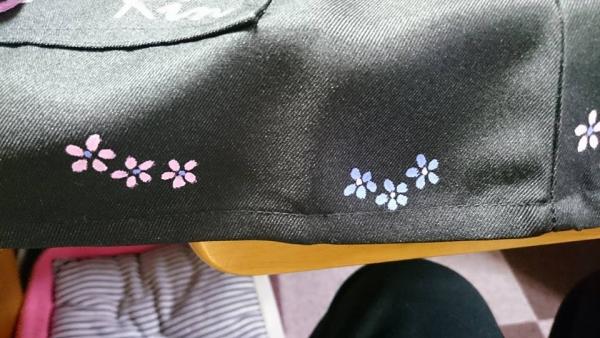 裾に小花を散らしました