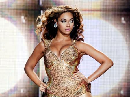 beyonce-in-golden-bodysuit-live-on-stage-wallpaper-2013_convert_20160814211748.jpg