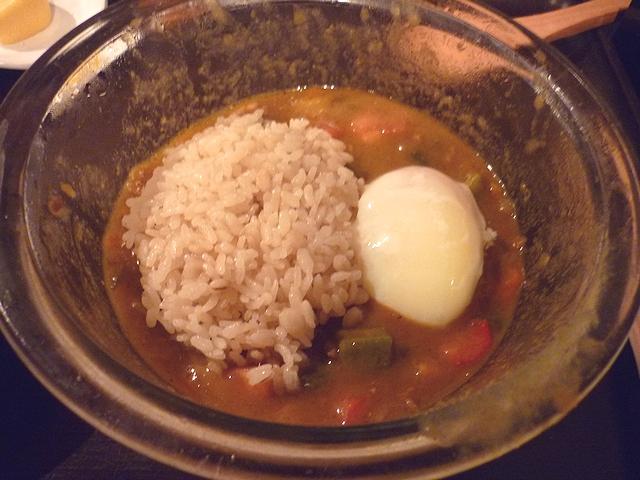 さっぱり夏野菜の冷やしまぜキーマカレーに仕上げ麦飯と温玉