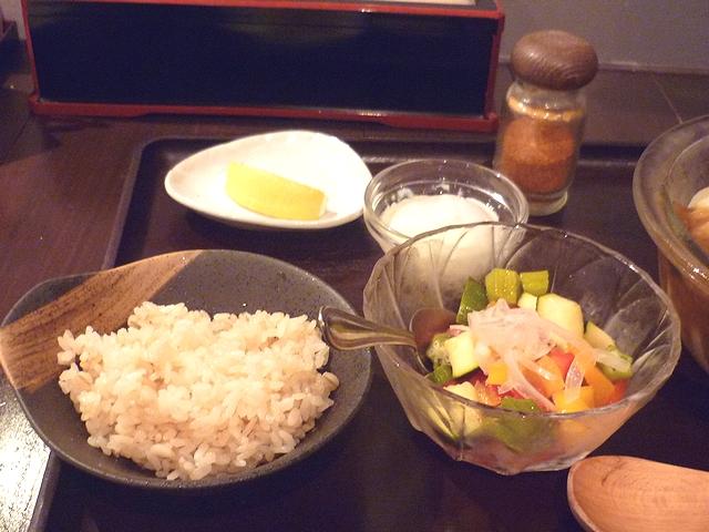 さっぱり夏野菜の冷やしまぜキーマカレーの仕上げ麦飯と温玉など
