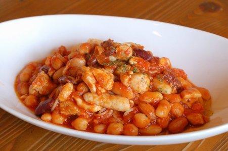 鶏肉と4種豆のトマトパスタ